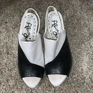 ALICE + OLIVIA BLACK/WHITE SNAKESKIN SANDALS/HEELS
